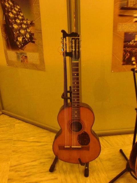 κιθάρα 105  ετών