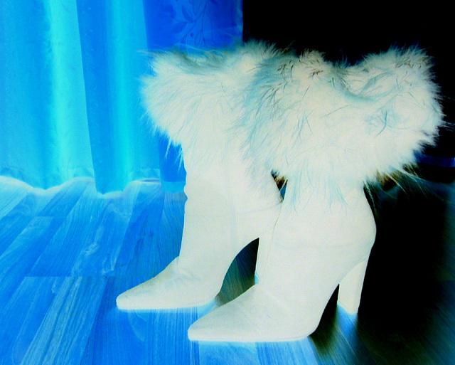 Elsa's friend fur high-heeled boots .  January 2009.   Effet de négatif