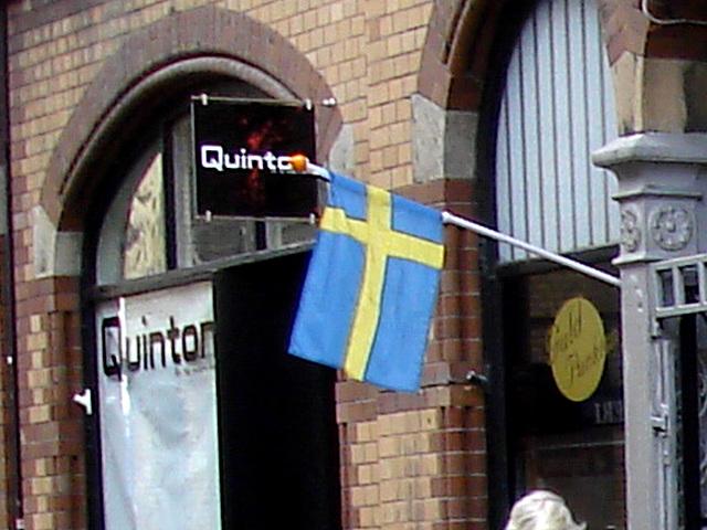 Façade et drapeau / Quinton flag façade.