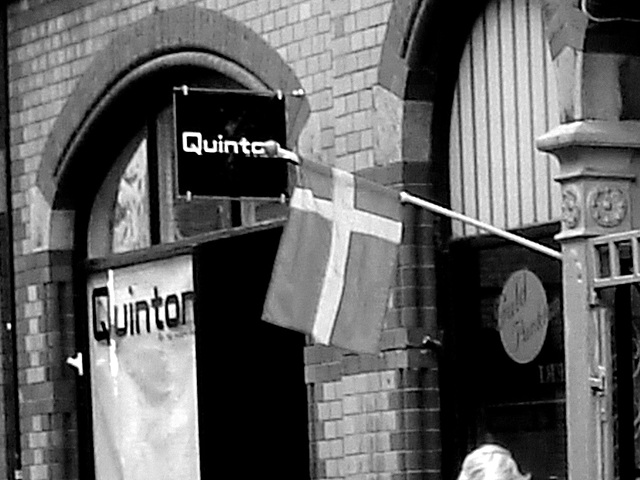 Façade et drapeau / Quinton flag façade -  N & B