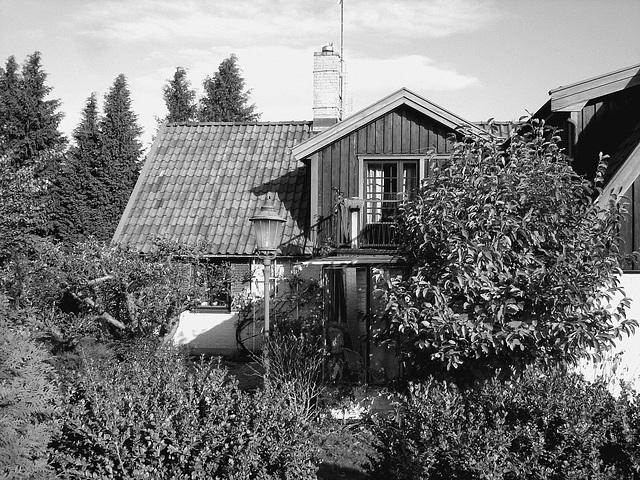 Coquette maison avec son lampadaire privé  /  Stylish house with its private street lamp -   Båstad  /  Sweden - Suède.  Octobre 2008- N & B