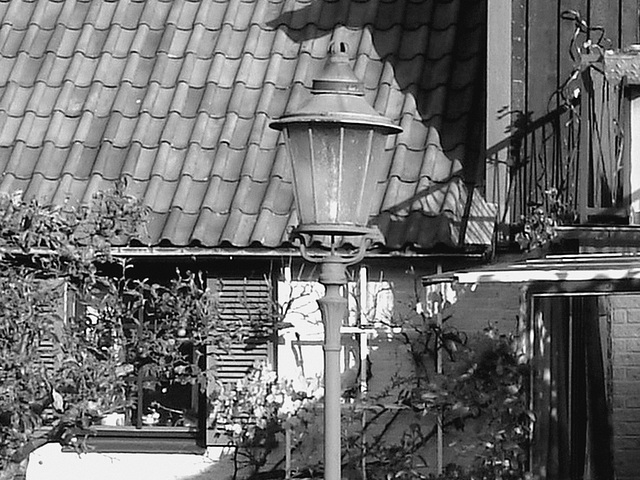 Coquette maison avec son lampadaire privé  /  Stylish house with its private street lamp -   Båstad  /  Sweden - Suède.  Octobre 2008 -  N & B