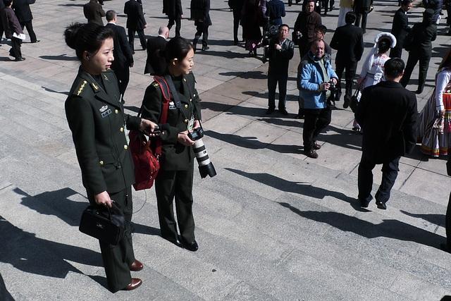 Vojačky pred Veľkou sieňou ľudu