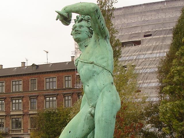 Exhibitionnisme statuaire -  Statuary exhibitionist - Copenhagen, Denmark .  20 octobre 2008
