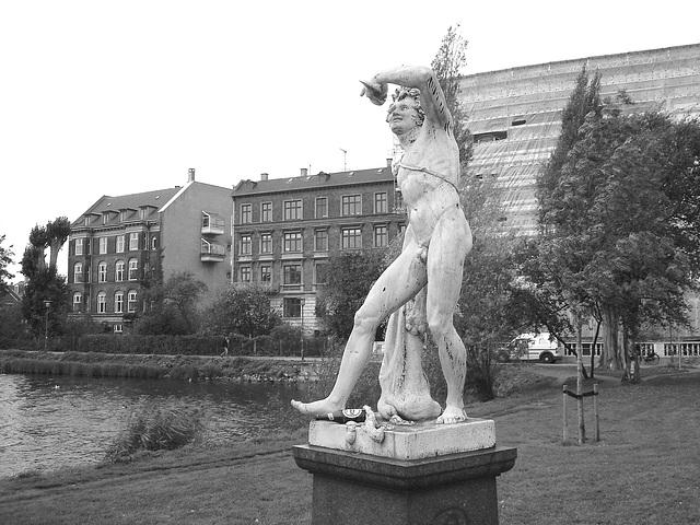 Exhibitionnisme statuaire / Statuary exhibitionist - Copenhagen, Denmark .20 octobre 2008 - N & B