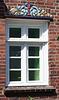 Fenster mit geschnitzter, bemalter Holzverzierung von 1915