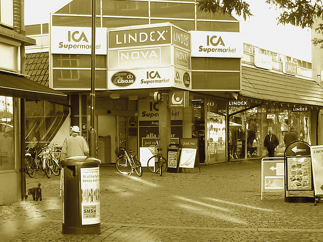 ICA Supermarket eyesight-  Vue sur le supermarché ICA  -  Ängelholm , Suède / Sweden -  23 0ctobre 2008-  Sepia