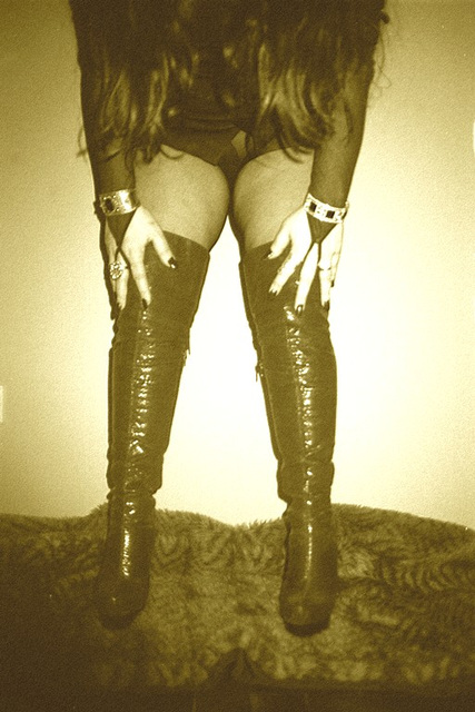 Lady Roxy   /  Hair, hands and pink high-heeled boots -  Avec / with permission . Sepia