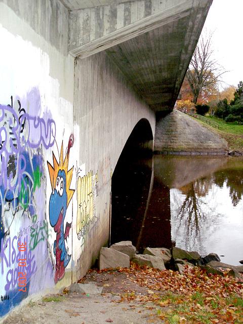 Pont avec reflet de rivière et dessins artistiques  / Ängelholm, Suède- 30-10-2007