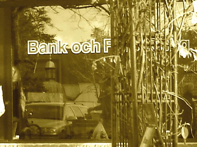 Blue bank window reflection /  Réflexion de la banque en bleu -  Ängelholm / Suède.  23 octobre 2008 - Sepia