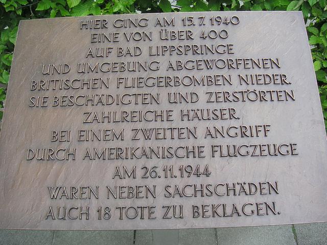Gedenkplatte an die Bombenangriffe am 15.7.1940 und 26.11.1944