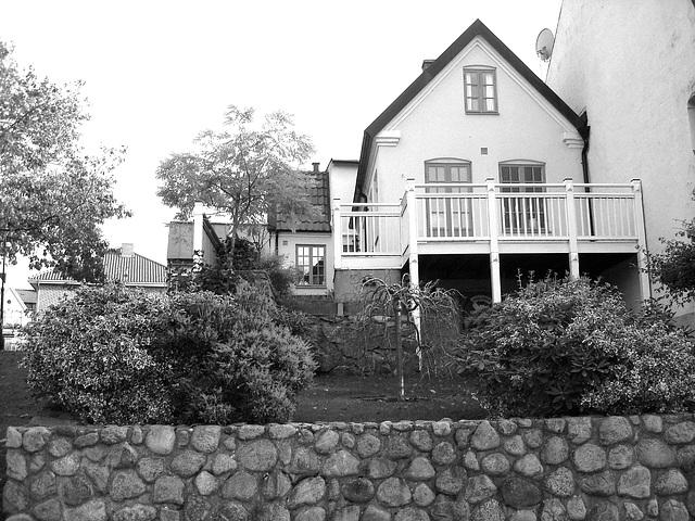 Stones fence & Swedish architecture - Clôture de pierres et Architecture Suédoise / Ängelholm - Suède ( Sweden)   23 octobre 2008-  N & B