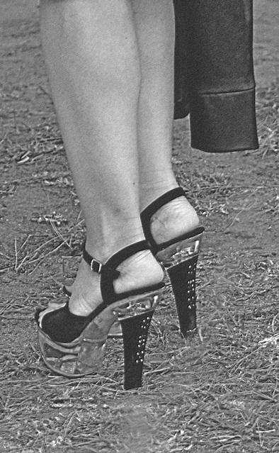 Mariage et Talons Hauts /  Wedding heels - Fébruary 2009 - Ipernity friend's gift - B & W