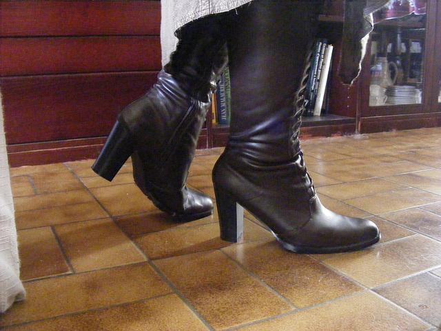 Mon Amie Chris avec permission / Bottes de cuir à talons hauts /  Leather high-heeled boots.