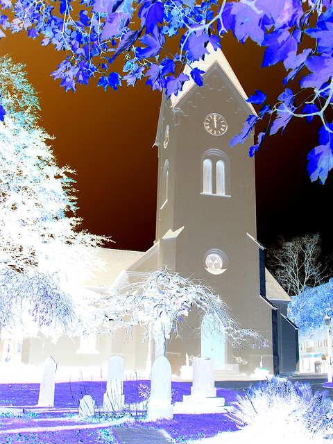 Cimetière et église / Cemetery & church - Ängelholm.  Suède / Sweden.  23 octobre 2008- Effet de négatif + couleurs ravivées