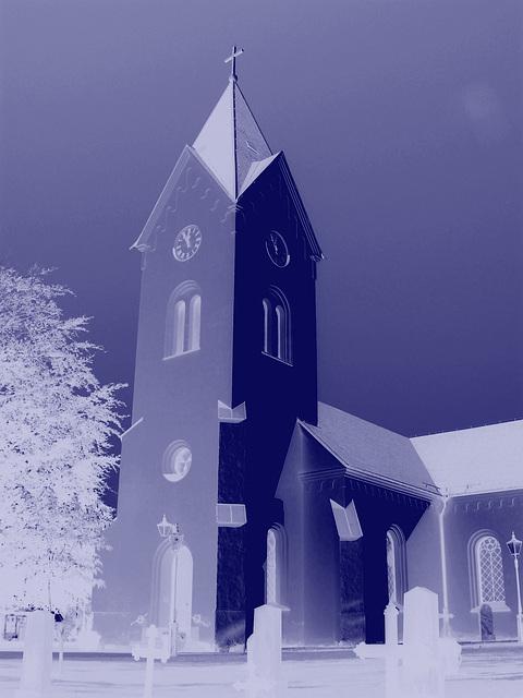 Cimetière et église / Cemetery & church - Ängelholm.  Suède / Sweden.  23 octobre 2008 - Effet de négatif colorisé en bleu