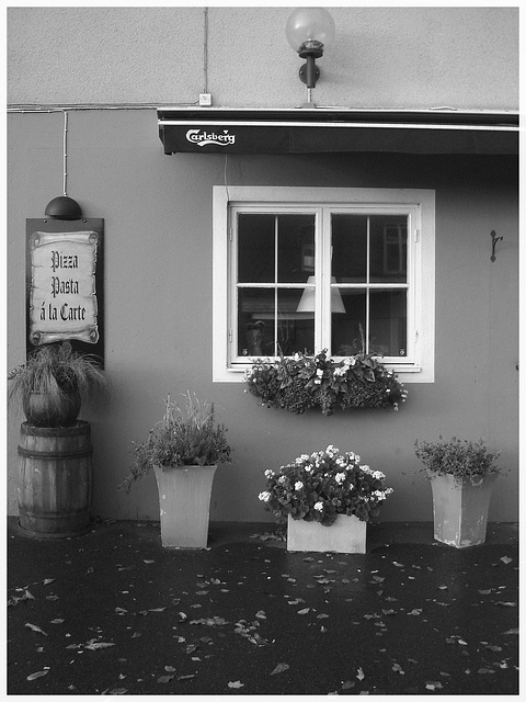 Pizza & Carlsberg - Båstad /  Suède - Sweden.  21-10-2008 - Noir et blanc