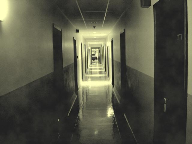 Corridor de l'hôtellerie au troisième étage -  Rooms guest third floor corridor -  Abbaye de St-Benoit-du-lac  /  07-02-2009 - En photo ancienne