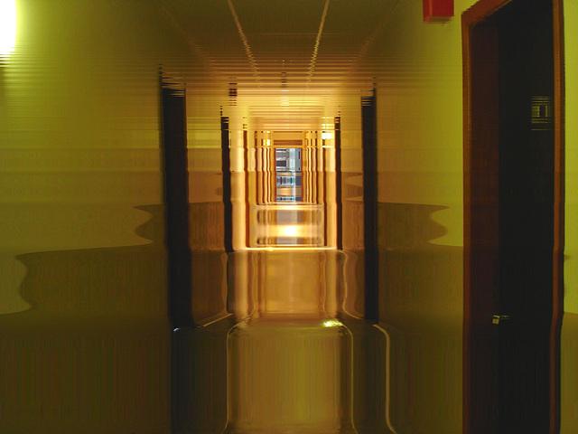 Corridor de l'hôtellerie au troisième étage -  Rooms guest third floor corridor -  Abbaye de St-Benoit-du-lac  /  07-02-2009 -  Effet hallucination nocturne