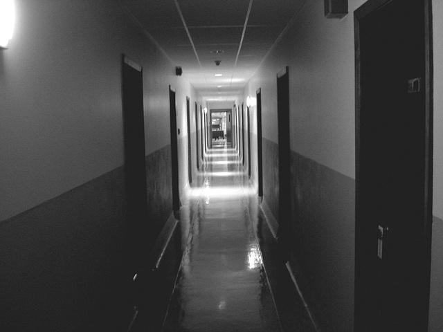 Corridor de l'hôtellerie au troisième étage -  Rooms guest third floor corridor -  Abbaye de St-Benoit-du-lac  /  07-02-2009-  B & W