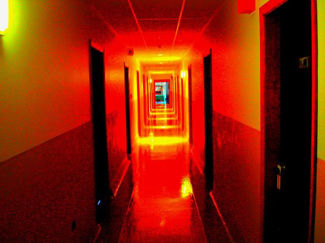 Corridor de l'hôtellerie au troisième étage -  Rooms guest third floor corridor -  Abbaye de St-Benoit-du-lac  /  07-02-2009-  Couleurs très ravivées