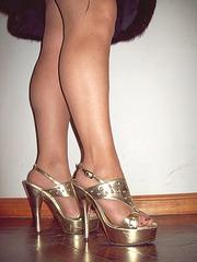 Lady Roxy -  Golden dizzy heels and hot legs /  Talons hauts dorés et jambes voluptueuses