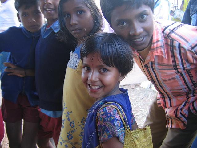 Fillette et ses amis au marché