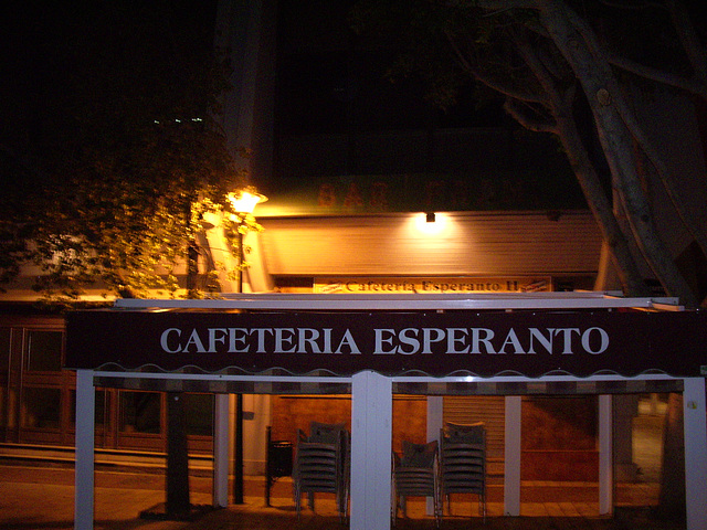 """La alia kafejo """"Esperanto"""", nokte"""