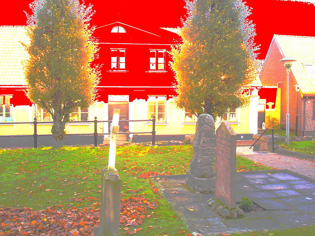 Laholms kirka ( Church & cemetery) - Église et cimetière /   Laholm -  Sweden / Suède.  25 octobre 2008- Photofiltrée avec du rouge