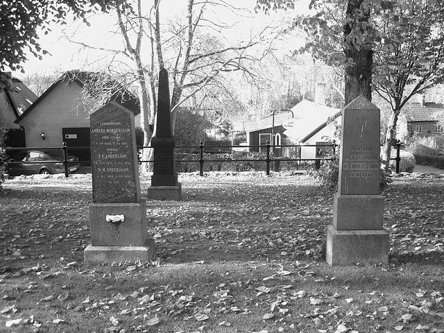 Laholms kirka ( Church & cemetery) - Église et cimetière /   Laholm -  Sweden / Suède.  25 octobre 2008 -  N & B