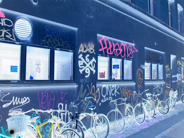 Graffitis Cykler et vélos / Cykler graffitis and bikes -  Copenhague  /   20-10-2008- Photofiltrée en négatif.