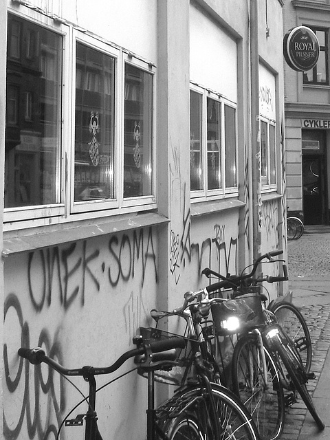 Graffitis Cykler et vélos / Cykler graffitis and bikes -  Copenhague  /   20-10-2008 - B & W.