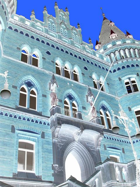 Architecture Viking contemporaine / Majestuous archtectural building  -  Helsingborg  /  Suède - Sweden.  22 octobre 2008 - Négatif et ciel bleu photofiltré