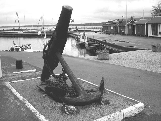 L'ancre de la chance -  Chance anchor -  Port de Båstad /  Suède - Sweden.    21-10-2008 - N & B