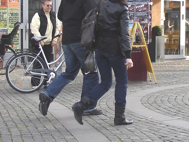 La fille ATG aux bottes sexy à talons plats / ATG Lady in flat sexy boots -  Ängelholm.  Suède / Sweden.  23 octobre 2008 - Anonymement / Anonymously
