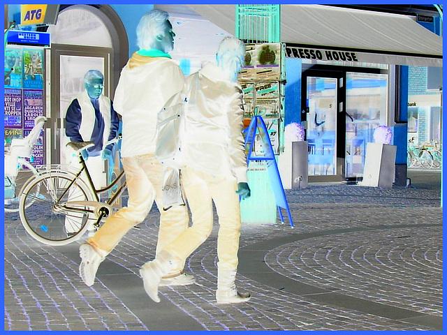 La fille ATG aux bottes sexy à talons plats / ATG Lady in flat sexy boots -  Ängelholm.  Suède / Sweden.  23 octobre 2008-   Effet de négatif aux couleurs ravivées.