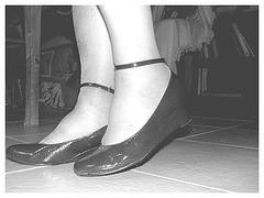 Mon amie Christiane avec permission-  Chaussures d'un bleu Christianien éblouissant ! En noir et blanc