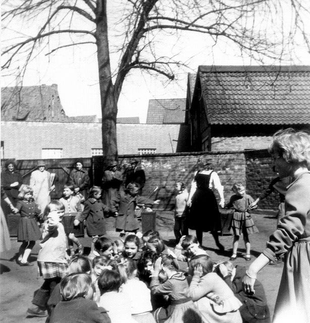 im Schulhof  Papenstraße 1958