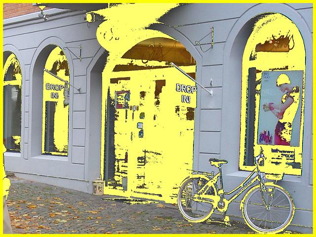 Drop in ! Store façade and bike - Façade de magasin et vélo /  Helsingborg  .  Suède / Sweden.  22 octobre 2008- Au feu !!!!   Fire !!!!