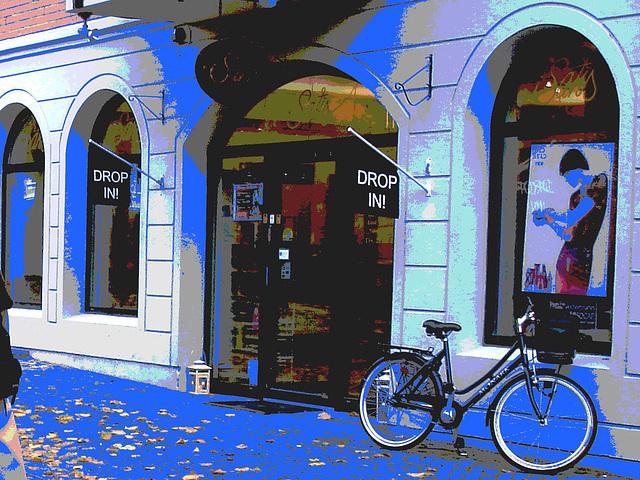 Drop in ! Store façade and bike - Façade de magasin et vélo /  Helsingborg  .  Suède / Sweden.  22 octobre 2008 -  Changement de couleur et postérisation