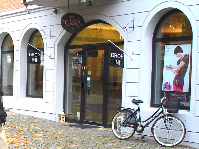 Drop in ! Store façade and bike - Façade de magasin et vélo /  Helsingborg  .  Suède / Sweden.  22 octobre 2008