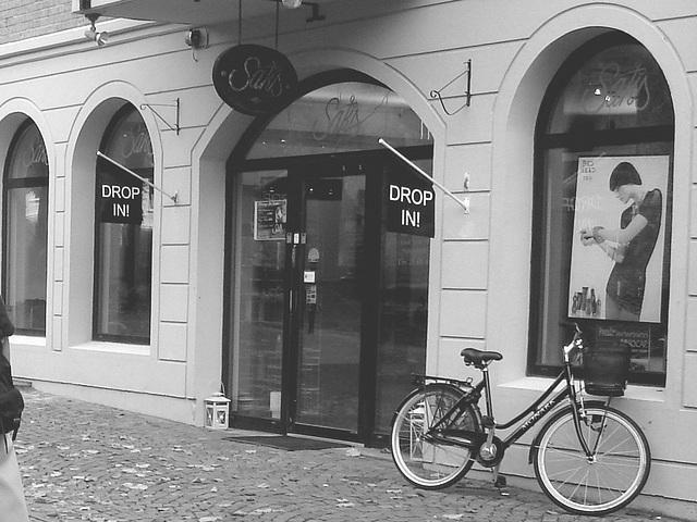 Drop in ! Store façade and bike - Façade de magasin et vélo /  Helsingborg  .  Suède / Sweden.  22 octobre 2008  - N & B