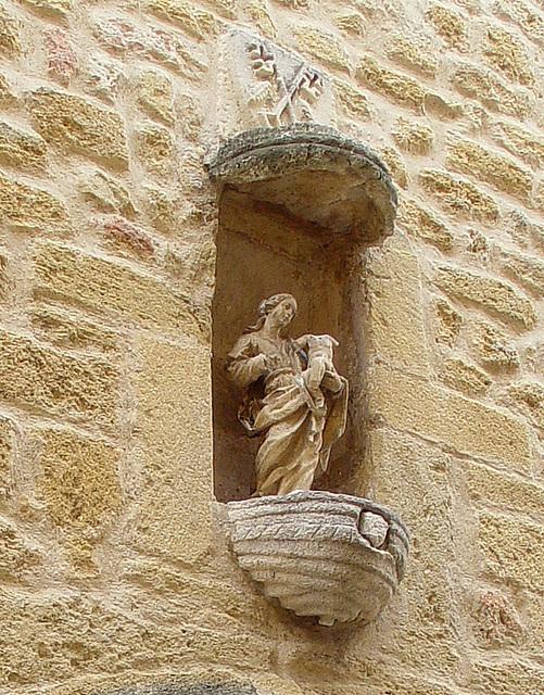 Vierge à l'enfant mutilés sur fronton de l'église