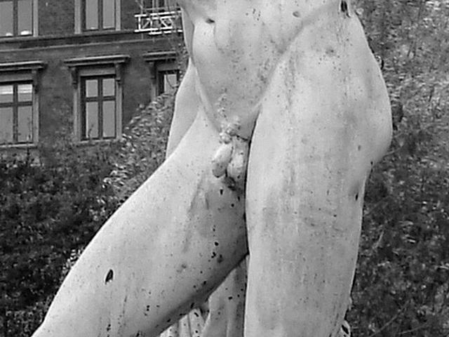 Exhibitionnisme statuaire / Statuary exhibitionist - Copenhague, Danemark.  20 octobre 2008- N & B