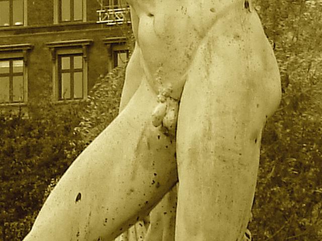 Exhibitionnisme statuaire / Statuary exhibitionist - Sepia