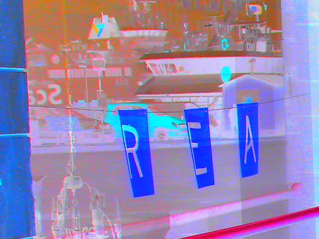 REA.......ou pub reflective / REA store window reflection - Helsingborg / Suède - Sweden.  22 octobre 2008 - Couleurs ravivées et effet de négatif