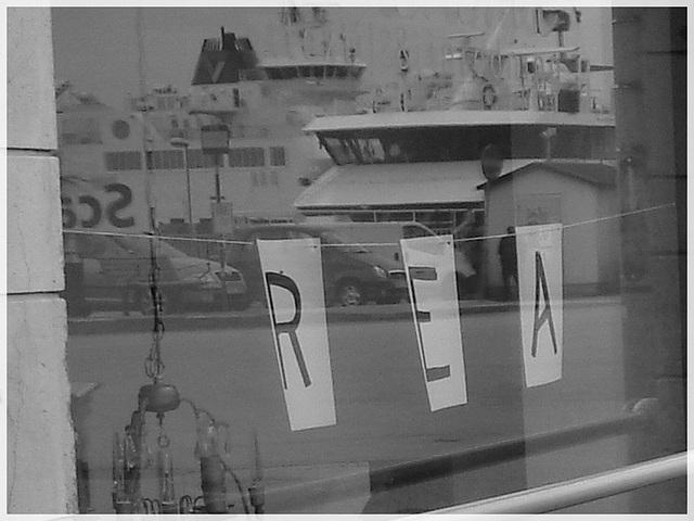 REA.......ou pub reflective / REA store window reflection - Helsingborg / Suède - Sweden.  22 octobre 2008 -  Noir et blanc