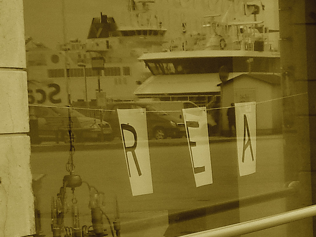 REA.......ou pub reflective / REA store window reflection - Helsingborg / Suède - Sweden.  22 octobre 2008 - SEPIA