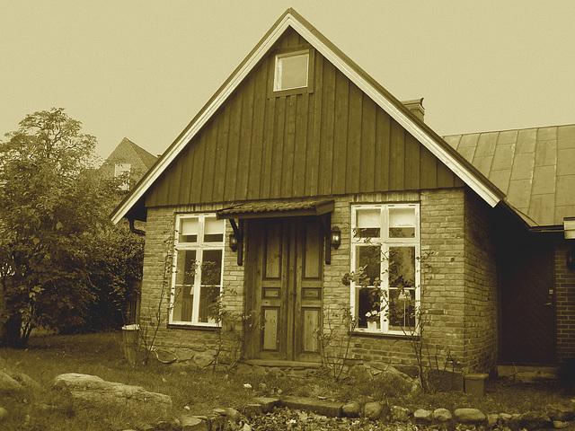 Maison suédoise / Swedish house.  Båstad  /  Suède - Sweden.  Octobre 2008  -  Sepia