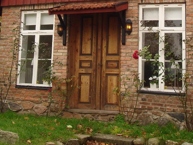 Porte et fenêtres à la façon suédoise /  Door and windows enjoyable view.  Båstad  /  Suède - Sweden.  Octobre 2008  - Original close-up / Recadrage original sans retouche